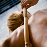 Masaje con caña de bambú
