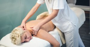 masaje de hombros - Hotel Balneario Caldaria Arnoia